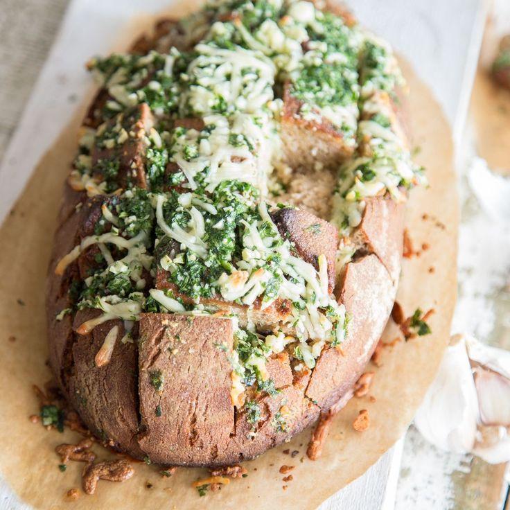 Mach dein Brot zu einem partytauglichen Snack! Einfach Schlitze hineinschneiden, mit Käse füllen und im Backofen überbacken. Genial, oder?