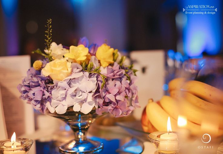 Aranjament floral la baza mesei