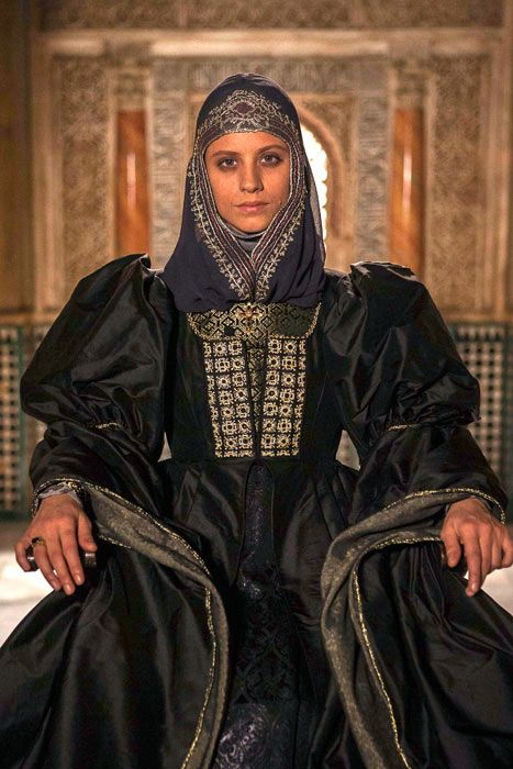 "Michelle Jenner costumed as Isabella I of Castile, in the 2012 Spanish production ""Isabel""."