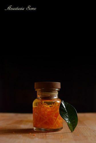 Аромат апельсина теперь всегда под рукой. :) 75 мл водки, 1 апельсин. Баночку с плотной крышкой простерилизовать. Апельсин помыть с щёткой и снять с него цедру. Цедру…