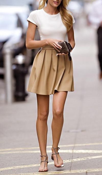 Acheter la tenue sur Lookastic:  https://lookastic.fr/mode-femme/tenues/t-shirt-a-col-rond-blanc-jupe-patineuse-sandales-spartiates-pochette/2132  — T-shirt à col rond blanc  — Pochette en cuir imprimée serpent brune foncée  — Jupe patineuse brune claire  — Sandales spartiates en cuir grises