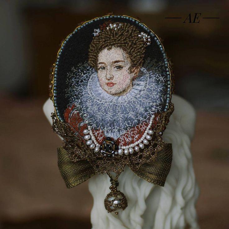 Французская принцесса 17 века. Портрет вышит в разных техниках. Личико всего 18 мм.  Вышита в разных техниках -  гладь, рококо и французский узелок. А в оформленн и- жемчуг и старинная ленточка. 6, 5 Х 8 см - размеры без бантика.  Брошь в наличии! #брошь #ручнаяработа #handmade #brooch #fashion #jewelry #beautiful #украшения #вдохновение #ручнаяработа #handmade #бижутерия #вналичии #вышивка #ручнаявышивка #винтаж #бархат #fashion #art #сваровски #swarowski #красота #портрет #старинныйстиль…