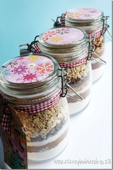 Disporre gli ingredienti a strati, nell'ordine seguente: 190 g di farina (mescolata con ½ cucchiaino di bicarbonato, 1 pizzico di sal...