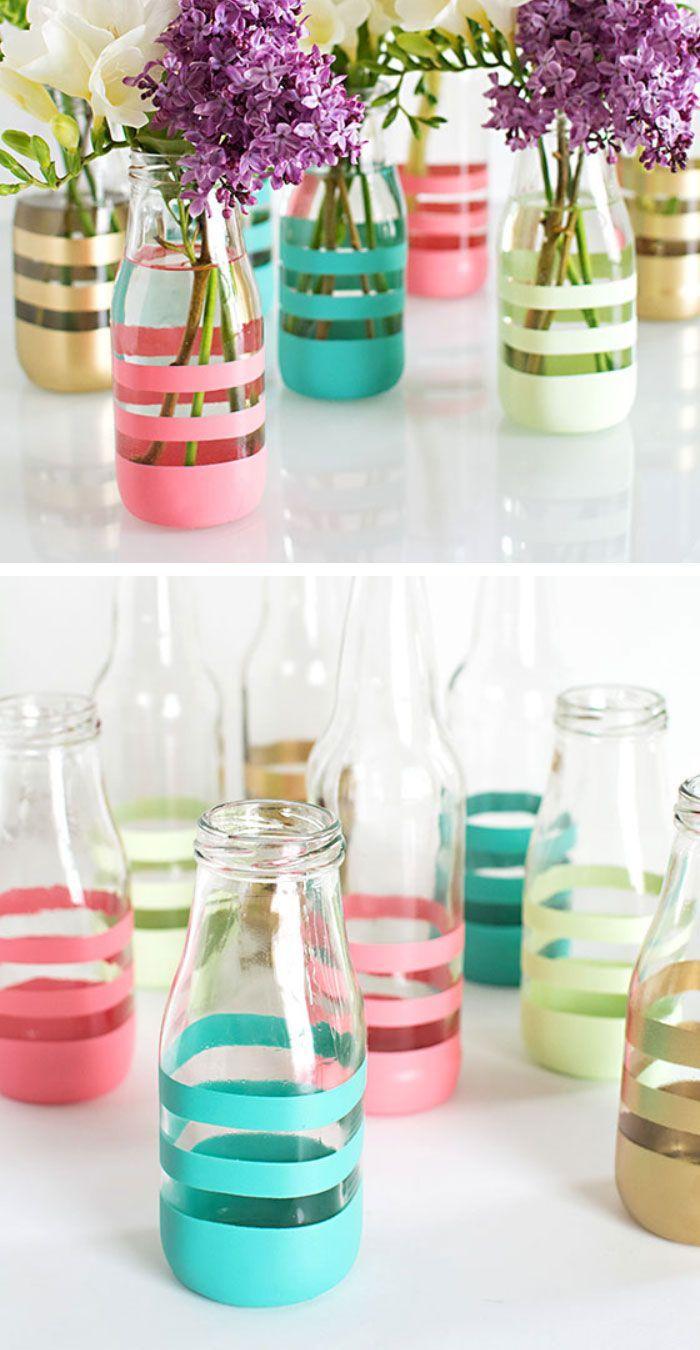 Uma garrafa de vidro + fitas adesivas coloridas = vasos decorados e lindos <3 #decoração #diy