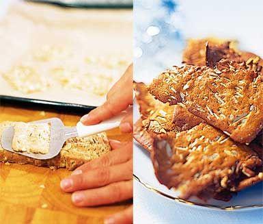 Ett enkelt recept på hyvlade pepparkakor perfekt till jul. Frys in pepparkaksdeg och hyvla sedan tunna kakor med osthyvel. Grädda och du har extra tunna, goda pepparkakor att servera till jul!