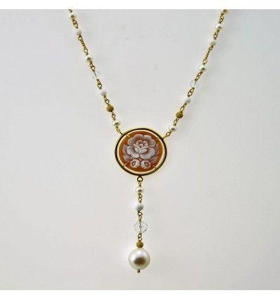 Girocollo in oro giallo con  cammeo ovale con motivo floreale  linea pulita ma classica in cui la tradizione incontra l'innovazione.
