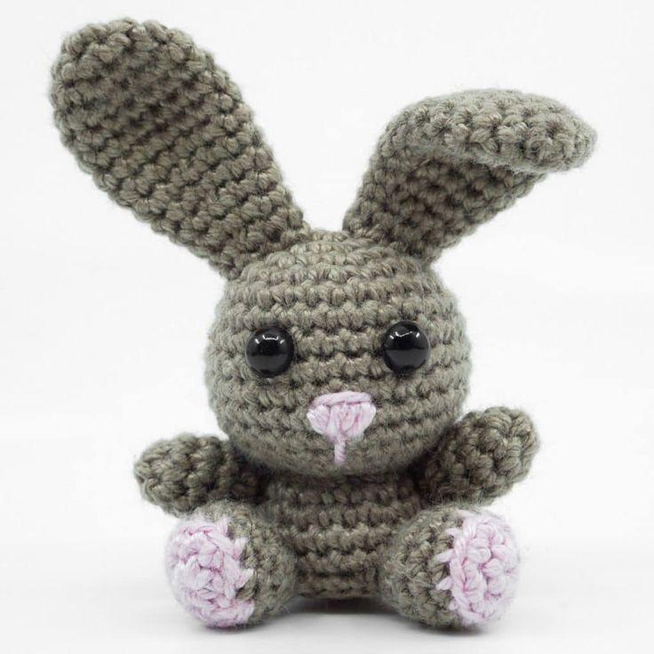 Nicht nur zu Ostern ein gern gesehener und gehäkelter Gast in den eigenen vier Wänden, der Amigurumi Hase. Der gehäkelte Hase ist im Gegensatz zu s…