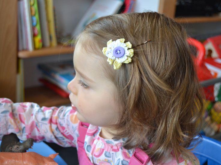 barrette fleur crochet fil blanc et jaune bouton mauve piece unique : Mode filles par madame-bubulle
