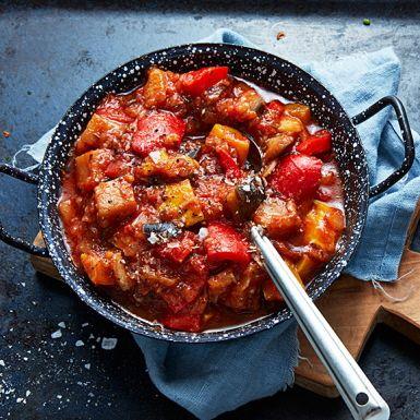 Känn dig fransk och gör den mustiga grönsaksröran ratatouille med aubergine, zucchini, paprika och tomat i huvudrollen. Ge stekning och kokning lite tid och kärlek, det vinner smakerna på. En klassiker till lammracks, stekt fisk eller använd som bas i andra rätter.