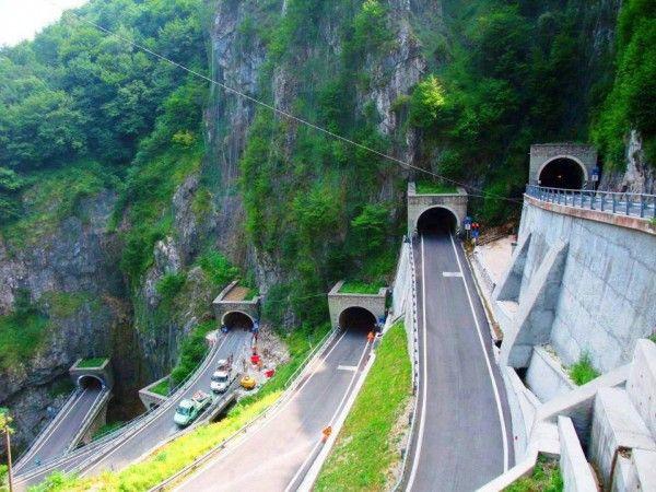 La passe de San Boldo//Le Passo San Boldo est un col alpin situé entre les villes de Trichiana et Tóvena en Vénétie. L'itinéraire de 17 km passe d'une altitude de 329 m à Trichiana dans le val Belluna à une altitude ... Wikipédia -Italy