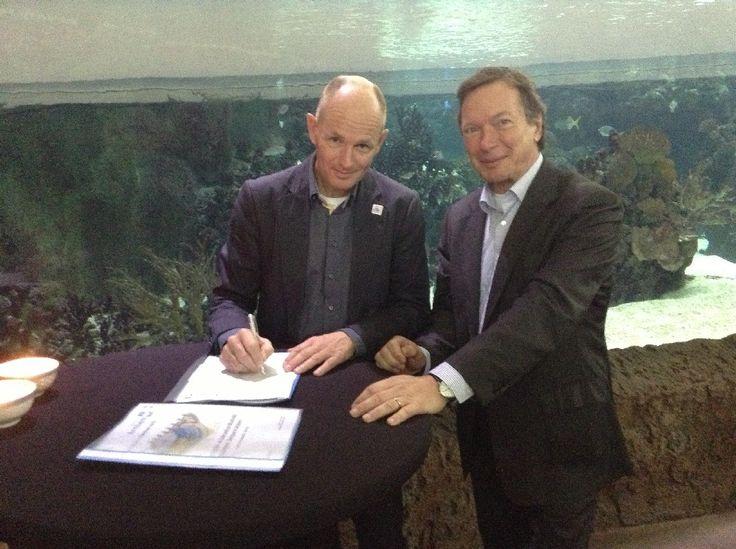 6 november 2013: Marco Derksen van SEAFARI en wethouder Michiel van Wessem van gemeente Arnhem bekrachtigen de intentie overeenkomst, voor één van de aquariumruiten van Burgers' Ocean in Arnhem.