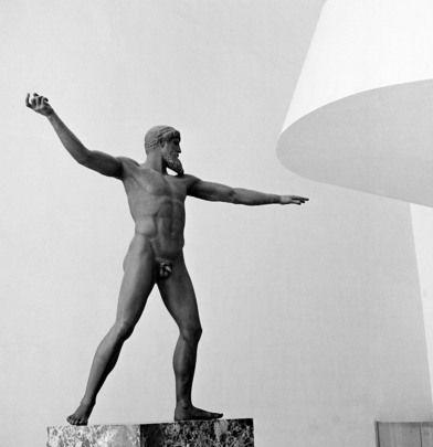 Cette statue de Poséidon est un don du Gouvernement #grec à l'Organisation des Nations Unies; il s'agit d'une réplique de l'original qui est à Athènes. Elle a été présentée aux Nations Unies en 1953. Jusqu'à récemment, il a été supposé que la statue originale représentait le dieu Zeus. Le Gouvernement grec a informé l'ONU que la poursuite de la recherche archéologique a établi qu'elle représentait en fait  « Poseidon de Artemission ».