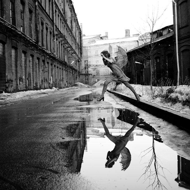 """Cartier-Bresson.(22-8-1908 al 3-8-2004). Fue un célebre fotógrafo francés considerado por muchos el padre del fotorreportaje. Predicó siempre con la idea de atrapar el instante decisivo, versión traducida de sus """"imágenes a hurtadillas""""."""