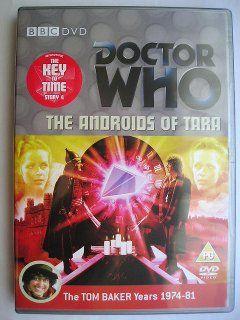 """""""The Androids of Tara"""" è la quarta avventura della sedicesima stagione, conosciuta con il titolo globale """"The Key to Time"""", trasmessa nel 1978 con il Quarto Dottore e Romana. Segue """"The Stones of Blood"""" ed è un'avventura composta da quattro parti scritta da David Fisher e diretta da Michael Hayes. Immagine dall'edizione britannica del DVD. Clicca per leggere una recensione di quest'avventura!"""