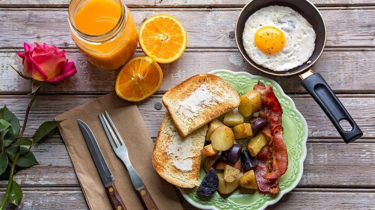 Download Wallpaper картофель, тосты, сок, роза, яичница, бекон, апельсин, завтрак, section еда Resolution 1708x960