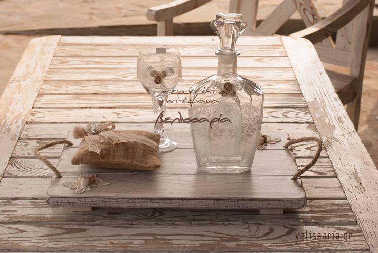 Υπέροχο σετ γάμου,ταιριαστό με πολλά σχέδια στεφάνων.Αποτελείται από ξύλινο δίσκο πατίνα,καράφα γυάλινη και ποτήρι κρυστάλλινο.