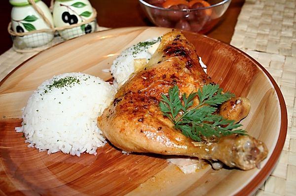Porce kuřete upečeného na másle, posypaného kmínem. Jednoduchý recept i pro úplné začátečníky.