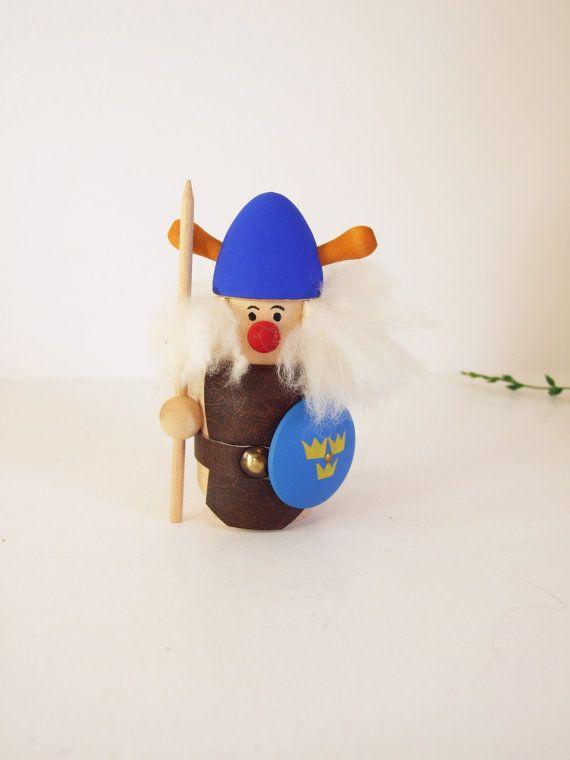 Made in Sweden muñeco vikingo de madera vintage  por tiendanordica