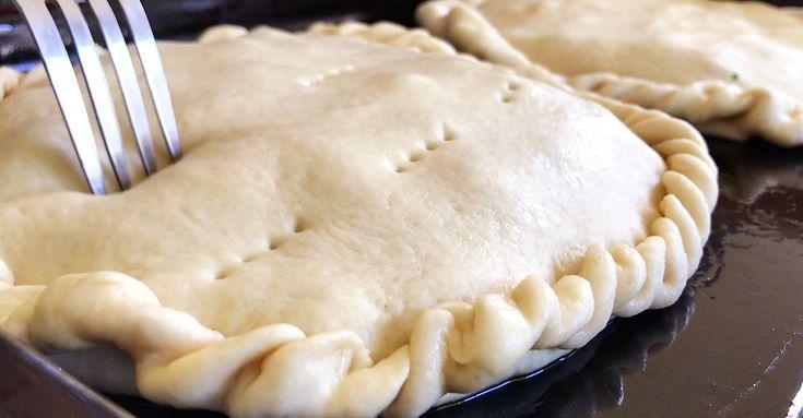 """Tarta de Cordero de Cuk-it  La receta de hoy es muy especial, ya que es una de las que se comen en mi casa en época de pascuas.   Es una receta tradicional de Ragusa, Sicilia. Se trata de la """"Impanata di Agnello"""", una Tarta de Cordero elaborada con una masa de pizza, donde la carne se marina con ajo y perejil y luego se cocina directamente dentro de la masa, en el horno! Tapas, Apple Pie, Desserts, Buns, Deserts, Parsley, Garlic, Easter Recipes, Postres"""