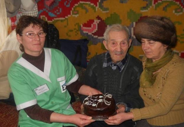 Ilie Constandache, din comuna băcăuană Vultureni, a împlinit zilele trecute venerabila vârstă de 107 ani. Este cel mai bătrân locuitor al județului Bacău.    Moș Ilie a făcut 107 ani pe 4 februarie și a fost sărbătorit de nepoți dar și de o echipă de sprijin a unei fundații umanitare. El trăiește și se gospodărește singur încă din 1977, de când i-a murit soția.