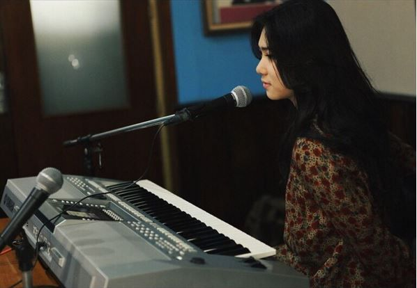 foto isyana sarasvati saat main piano