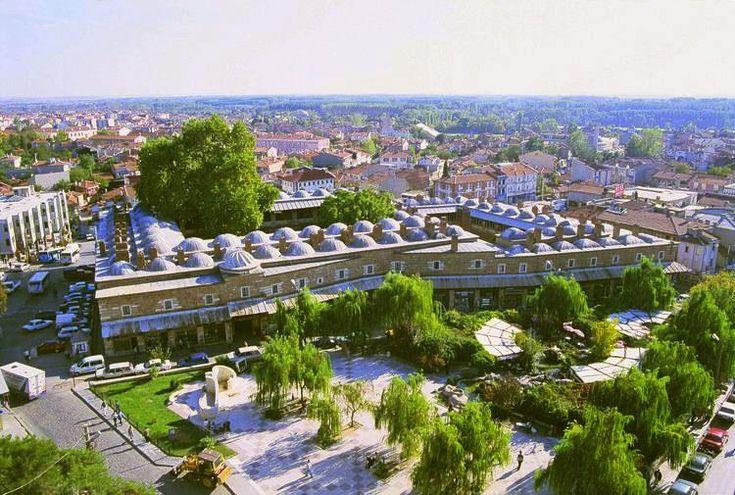 Rüstem Paşa Kervansarayı, il merkezindeki Eski Camii'nin arka kısmında yer alıyor. 1561 yılıyla tarihlendirilen kervansaray, Kanunis Sultan Süleyman'ın damadı ve Mihrimah Sultan'ın eşi Rüstem Paşa tarafından inşa ettirilmiştir
