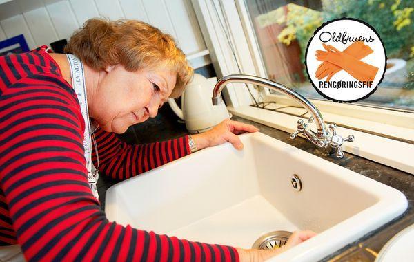 """Drop de dyre, opreklamerede rengøringsmidler og brug i stedet denne effektive og billigere metode til en ren vask med """"rengøringsmidler"""", du allerede har i skabet. Se oldfruens fif her."""