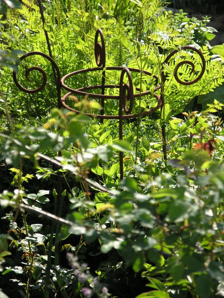 Rankhilfe oder Staudenhalter für hohe Gartenpflanzen wie Rittersporn oder Pfingstrosen. Erhältlich bei www.gartenbijoux.ch