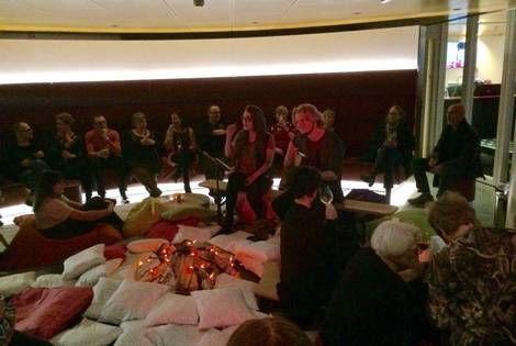 Nachtje in het Zaantheater, met een kampvuur van kussens