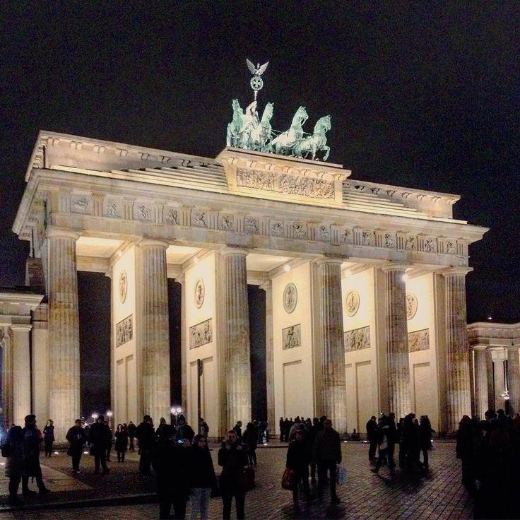 Nádherně nasvícená Braniborská brána v Berlíně. #cestovani #dnescestujem #travel #traveling #travelling #berlin #germany #vylet #braniborskabrana #pamatky #historicalsite #sightseeing #travelblog #instalike #instaphoto #travelblogger #sbatuzkem