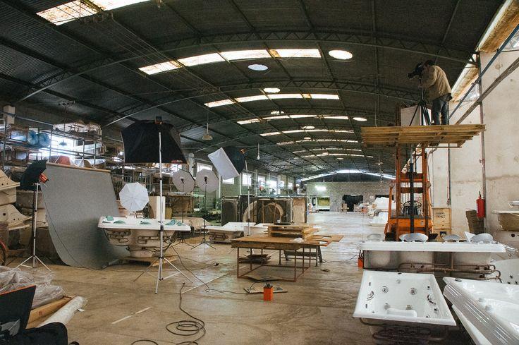 Estúdio móvel montado em galpão industrial, na própria fábrica do cliente, para a produção de fotos de banheiras de hidromassagem. Veja aqui o resultado desta produção: br.pinterest.com/... Confira meu portfolio em www.alexandrechia... #still #produto #estudio #studio #fotografo #fotografico #foto #industria