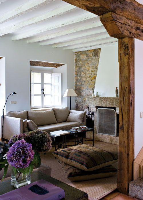 Pertenece a una casita de campo asturiana rehabilitada. El blanco domina el ambiente y hace que los espacios parezcan más grandes.
