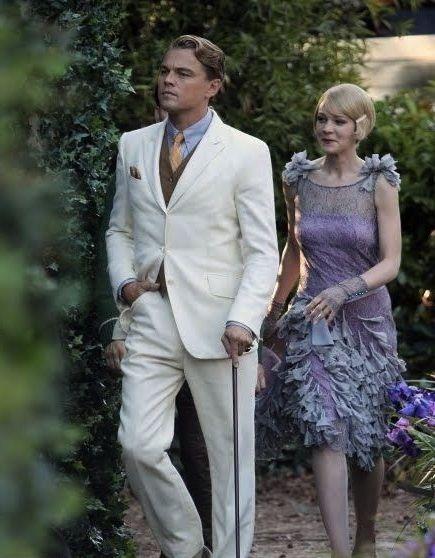 Леонардо ДиКаприо в белом костюме и Кэри Маллиган фиолетовом платье, кадр из фильма Великий Гэтсби