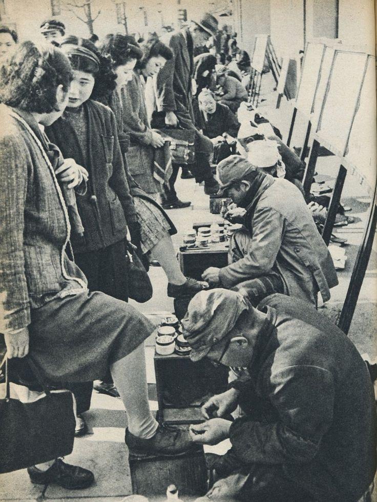 """戦前~戦後のレトロ写真さんのツイート: """"1947年(昭和22年)の銀座の街角の光景。女性たちの靴を磨いているのは、職が無く靴磨きで日銭を稼いでいる復員兵です。…"""