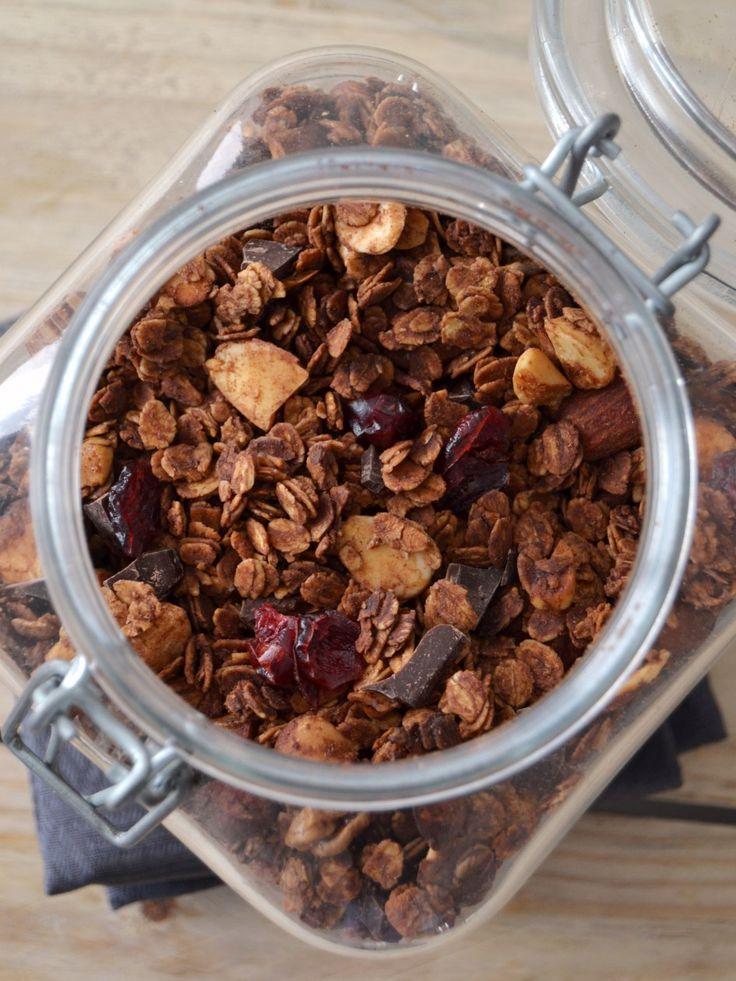 Granola de chocolate com frutos vermelhos // Chocolate granola with red berries - Compassionate Cuisine