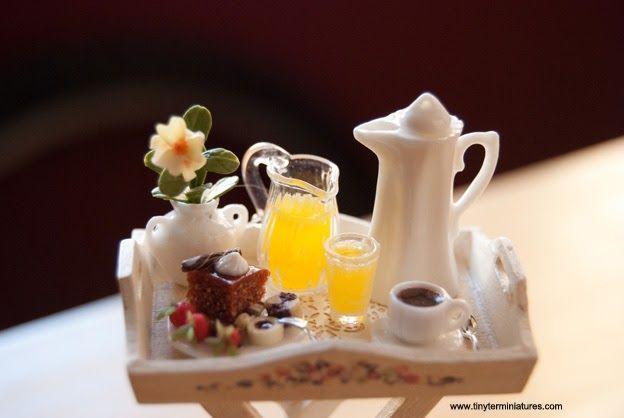 Café caliente, zumo de naranjas recién exprimidas, tarta y pastas de chocolate, y fresas con chocolate. Sueño con un desayuno sorpr...