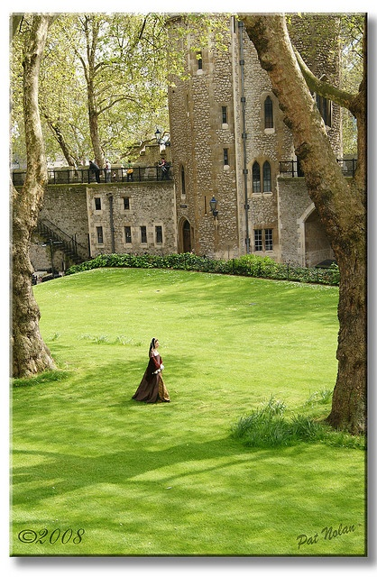 Anne Boleyn strolls through the grounds of the Tower of London by Pat Nolan / ©Pic2r