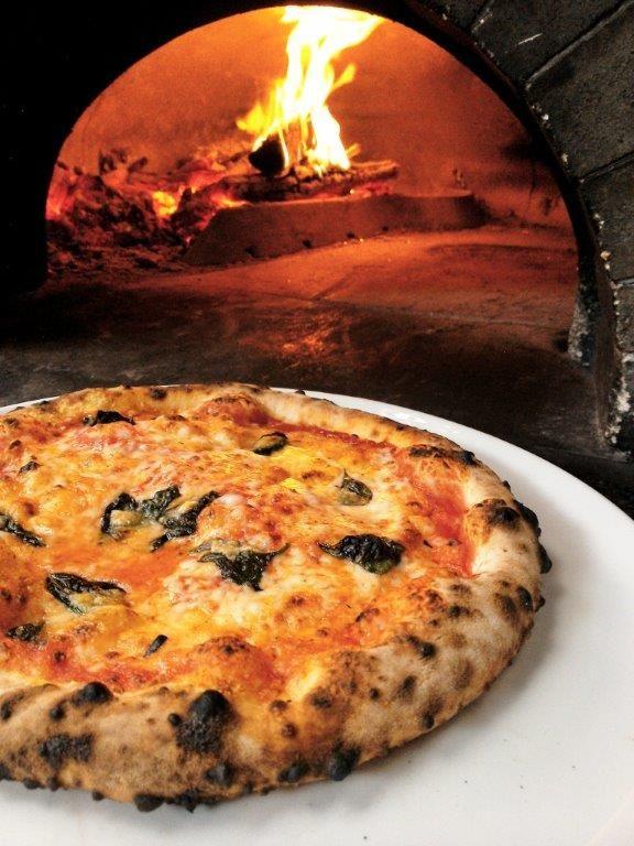 BISTY: 石釜で焼くピッツァマルゲリータとグラスワイン
