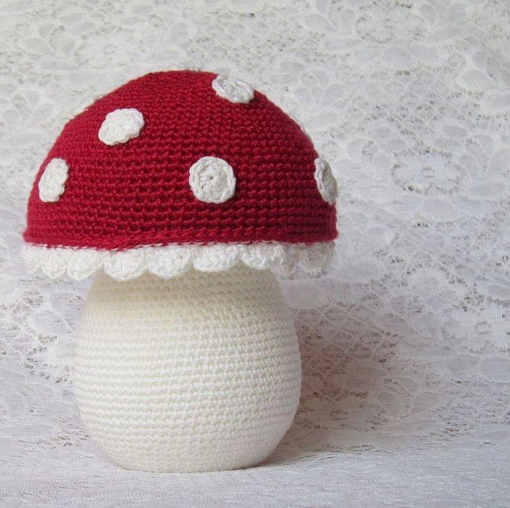 Dáma v krajkovém červeném klobouku Originální háčkovaná muchomůrka, která je vhodná jako dekorace nebo hračka pro děti. Hříbek je zhotovený z polystyrenových korpusů a obháčkovaný barevnými bavlněnými přízemi. Konec klobouku je opatřen krajkovou ozdobou. Pro názornost velikosti je poslední foto s krabicí s mlékem :-). Rozměry: výška: 18 cm průměr kloboubu 12 cm ...