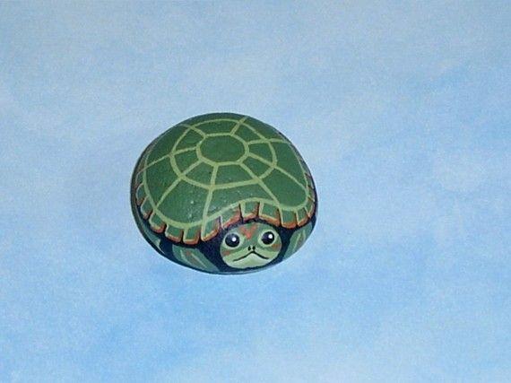 Mignonne petite tortue serpentine tient dans la paume de ma main. Cette petite tortue verte aime se reposant près de létang de Koi dans le jardin de fée miniature.  Tortue serpentine mesure environ 1-1/4 de diamètre x 3/4 dépaisseur et sera expédier dans une enveloppe matelassée.  Tranquille petite tortue verte est venu à la vie dans mon atelier sans fumée, chien-friendly et a été scellé avec un protecteur UV et un scellant acrylique pour éviter la décoloration et pour se prémunir contre…