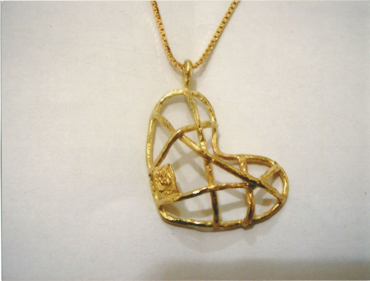 Ciondolo in oro giallo a forma di cuore - Yellow gold pendant heart shaped.