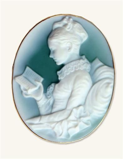 GIRL READING CAMEO PENDANT (14 KT GOLD and agate)