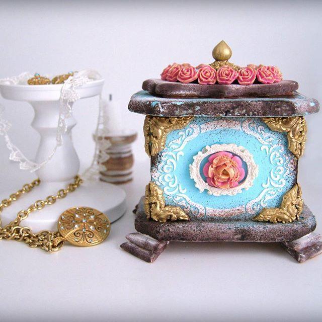 Пряничная шкатулка. Покрытие, декор на шкатулке - сахарная глазурь и мастика. Внутри можно хранить печеньки, конфетки. #пряничныйдомик #имбирныепряники #имбирноепеченье #сладкийподарок #росписьпряников #шкатулка #заказпряников #пряникиназаказ
