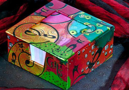 Caja de notas, 300 hojas de papel color crema impreso a todo color, cubierta con aplicaciones de folia, tapa funciona como marco de foto. Tamano 10 x 10 cms.
