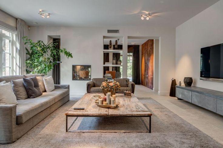 Deze woning laat zien dat materialen zoals betonlook koper staal en fluweelstoffering erg goed - Zoals mediterrane ...