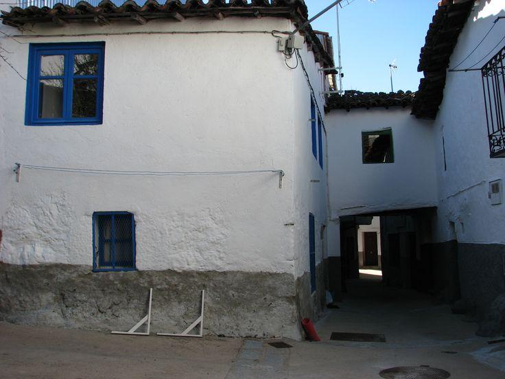 Otro rincón de Cabrero en el que aparece otro elemento propio del Valle del Jerte, las casas que forman túneles.