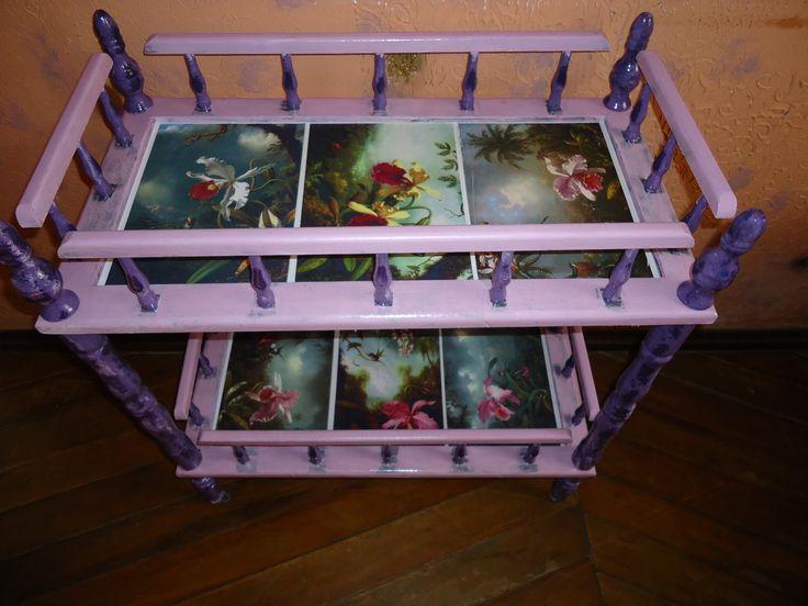 Mesa de bebida antiga restaurada, lixada e repintada na cor lilás e para finalizar abaixo dos vidros fotos de orquídeas, ficou bacana?