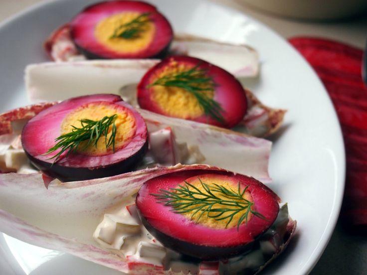 Jajka z tego przepisu marynowane są w mieszance z koncentratu z buraków i przypraw,dzięki czemu białko uzyskuje piękny fioletowy kolor i ciekawy smak.