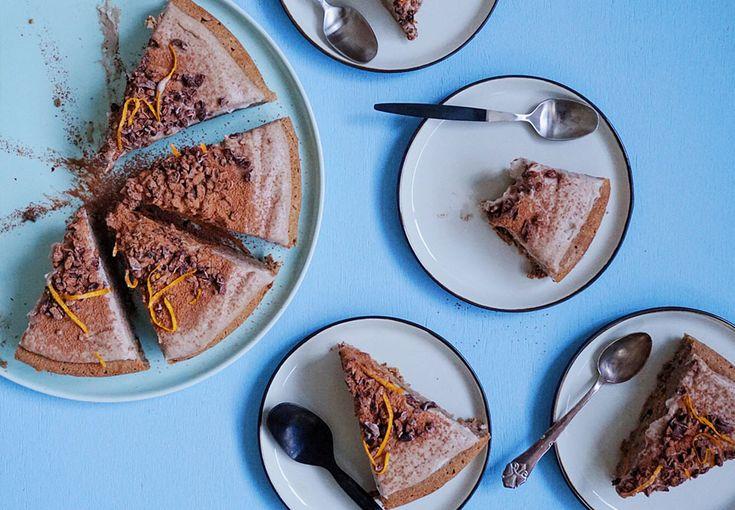 Denne kage smager mildest talt fantastisk! Den er lavet på pastinak, æblemos og toppet med en helt fantastisk frosting. Få den lækre opskrift her