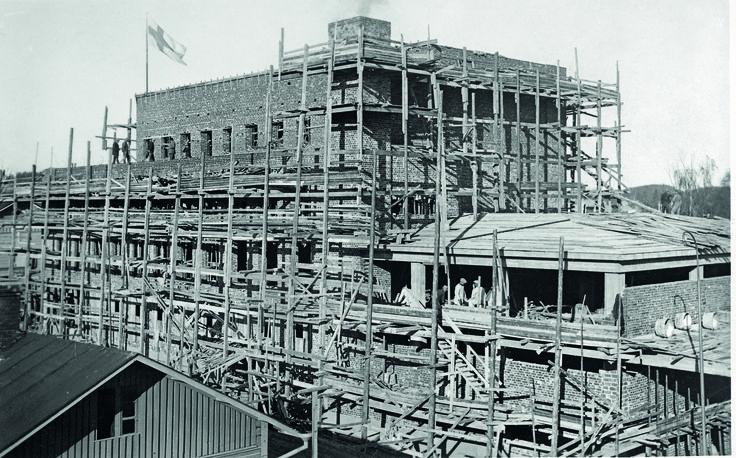Sokos-tavaratalon rakentaminen harjannostajaisvaiheessa. Sokos avattiin 21.9.1962